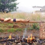Un joven chino trata de curar su cáncer quemándolo en una 'parrilla humana'