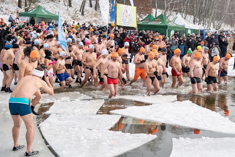 Casi 500 personas nadan en Polonia en agua helada